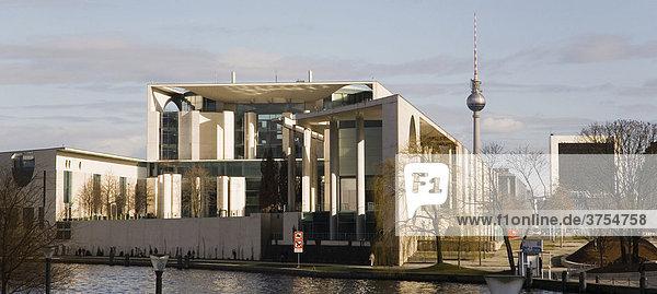 Rückseite des Bundeskanzleramtes mit Fernsehturm im Hintergrund  Berlin  Deutschland