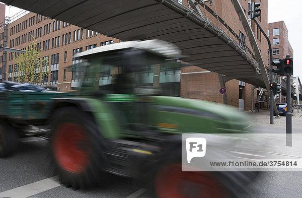 Traktor im Straßenverkehr in der Hamburger Innenstadt  Hamburg  Deutschland  Europa