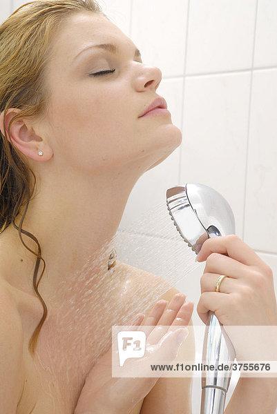Blonde Frau in der Badewanne