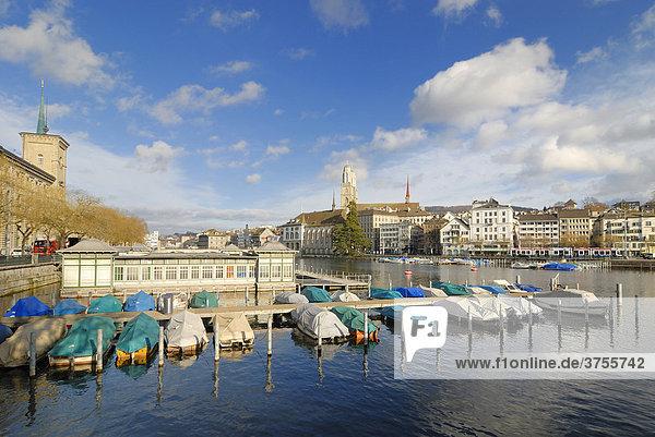 Zürich - Anleger am Ufer der Limmat und das historische Frauenbad - Schweiz  Europa.