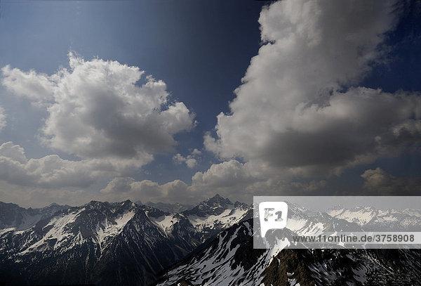 Blick auf den Hochvogelgipfel mit Allgäuer Alpen bei bewölktem Himmel  Hinterstein  Bayern  Oberallgäu  Deutschland