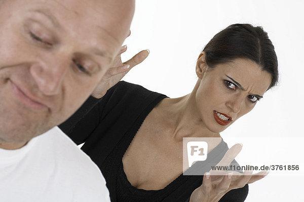 Frau hält Mann einen Vortrag