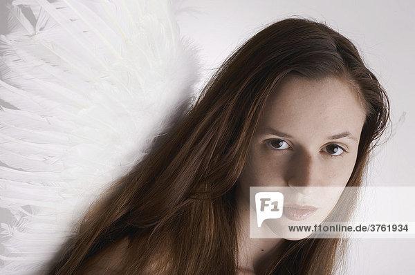 Portrait eines Engels mit brünetten Haaren