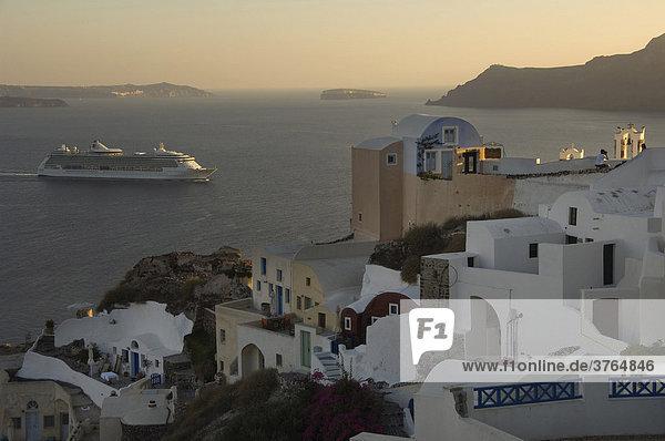 Kreuzfahrtschiff und Hotel Aspaki  Oia  Santorin  Kykladen  Ägäis  Griechenland