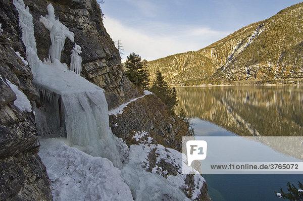 Gefrorener Wasserfall am Achensee  Tirol  Österreich
