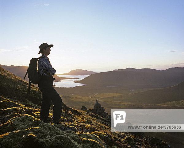Wanderer  Sonnenuntergang am Gipfel des Berges Horn  Snaefellsnes Halbinsel  Island