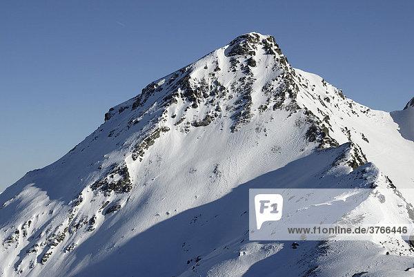 Schneebedeckter Gipfelaufbau des Torhelms in den Zillertaler alpen Tirol Österreich