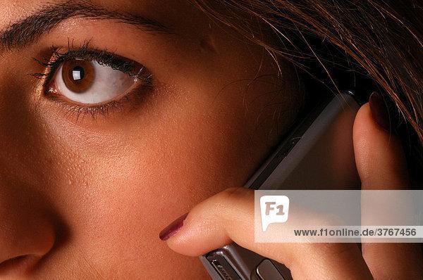 Weibliches Teilgesicht mit Mobiltelefon