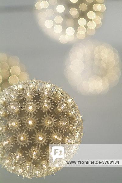 Weihnachtskugeln mit vielen kleinen Lichtern