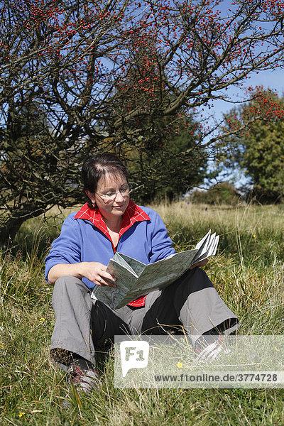Frau liest Landkarte  Lange Rhön  Unterfranken  Bayern  Deutschland