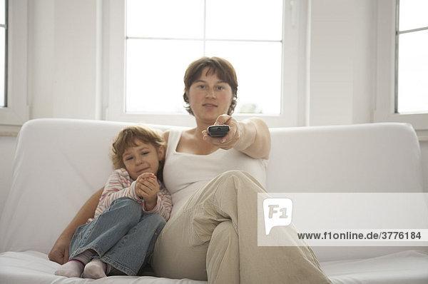 Mutter und Kind schauen zusammen Fernsehen