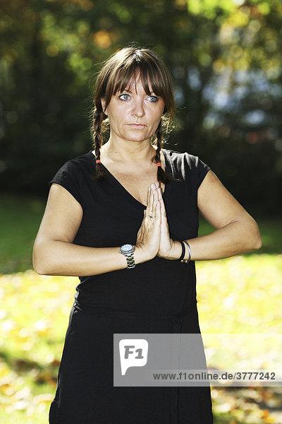 Frau bei Yoga Übungen