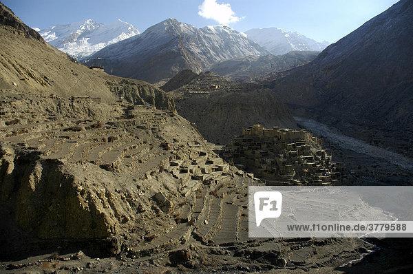 Blick auf Berglandschaft und die Häuser und Terrassenfelder von Phu von oben Nar-Phu Annapurna Region Nepal