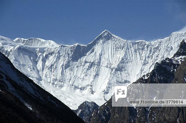 Blick auf das eisbedeckte Gebirgsmassiv des Annapurna II und Lamjung Himal Nar-Phu Annapurna Region Nepal