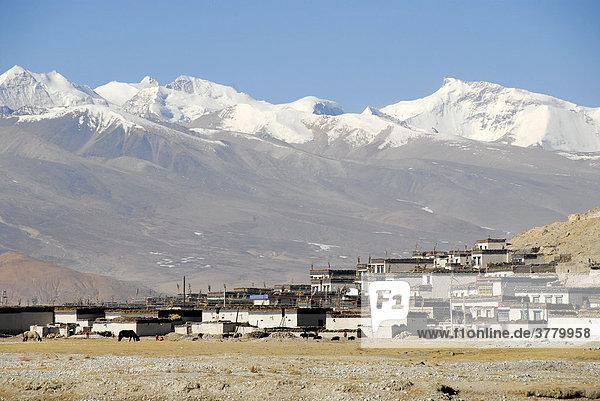Dorf unter eisbedeckten Bergen Tingri Tibet China
