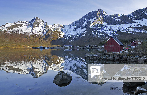 Bergsee mit Holzhütte  Austvagoy  Lofoten  Norwegen  Skandinavien  Europa