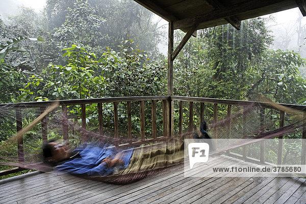 Frau in Hängematte  Rara Avis Lodge  River Edge Cabin  Las Horquetas  Costa Rica
