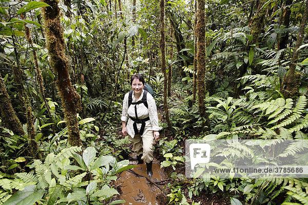 Frau mit Rucksack in Regenwald  Rara Avis  Las Horquetas  Costa Rica