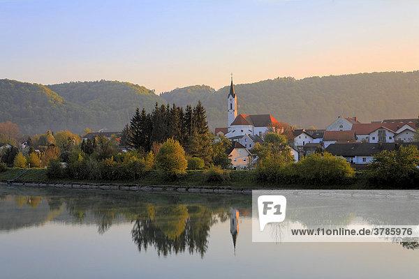 Marktl  Blick über Inn  Oberbayern  Deutschland
