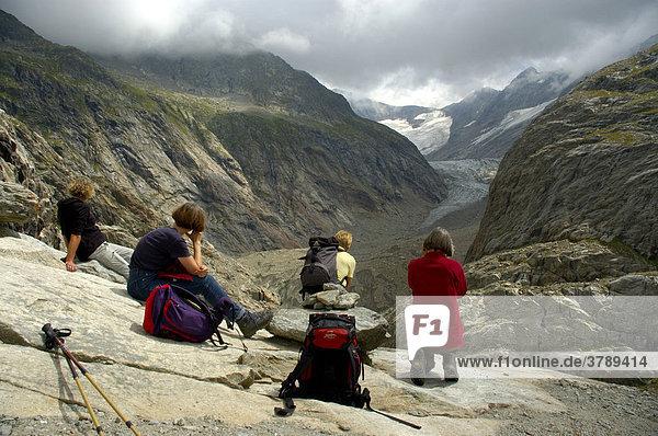 Frauen machen Rast und geniessen den Ausblick auf den Gletscher Glacier de Tre la Tete Hochsavoyen Haute-Savoie Frankreich