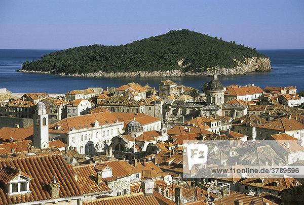 Dubrovnik Süddalamatien Kroatien von der Stadtmauer über die Altstadt auf die Insel Lokrum