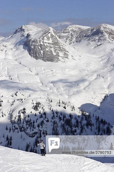 Schifahrerin auf der Tauplitzalm vor dem Toten Gebirge Steiermark Österreich