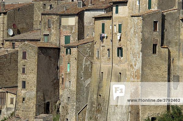 Häuser der Tuffsteinstadt Sorano  Toskana  Italien