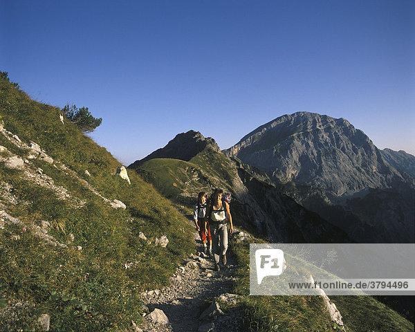 Wanderer vor dem Sonnjoch Karwendelgebirge Tirol Österreich