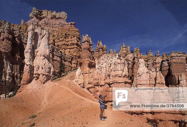 Junge Frau fotografiert im Bryce Canyon Utah USA