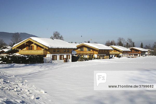 Landhäuser im Schnee am Tegernsee Bayern Deutschland