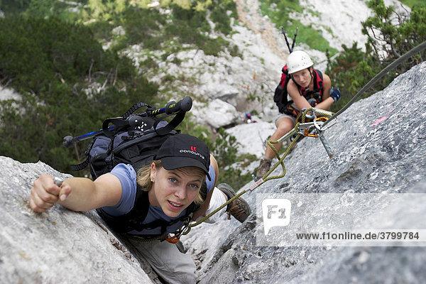 Klettersteig Ehrwald : Model serena allgaier in einem klettersteig bei ehrwald