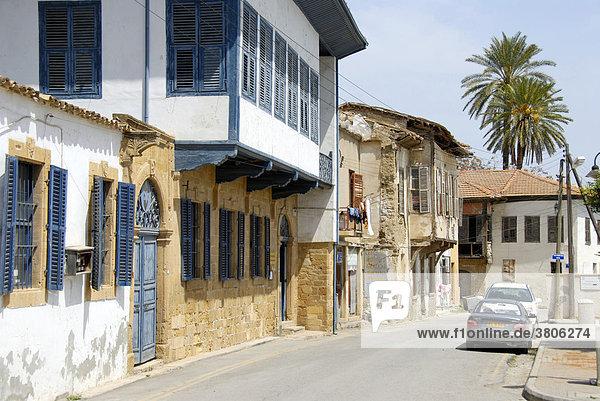 Alte türkische Architektur mit Erkern Derwisch Pascha Haus in Gasse der Altstadt Lefkosa Nicosia Nordzypern Zypern