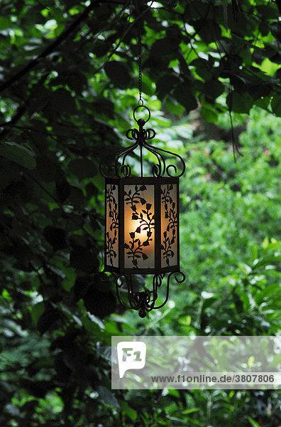 Dekorative Laterne im Garten