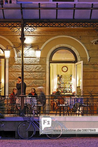 Kaffeehaus am Abend  Arco  Gardasee  Italien
