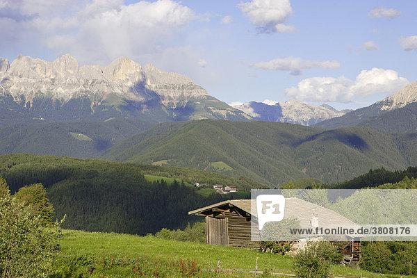 Hütte auf einer Wiese dahinter der Rosengarten  Deutschnofen oder Nova Ponente  Eggental  Südtirol  Italien