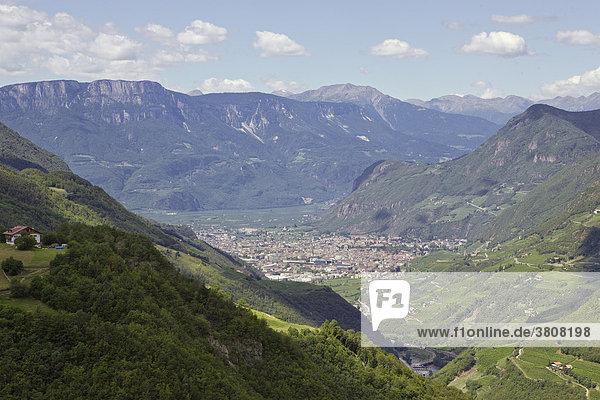 Stadt Bozen eingerahmt von Bergen  Südtirol  Italien