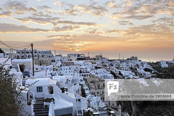 Der Ort bei Sonnenaufgang  Imerovigli  Santorin  Griechenland