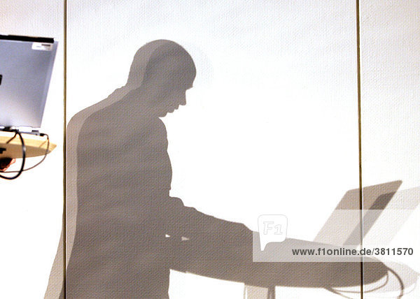 Schatten eines Managers der Vortrag mit Laptop hält