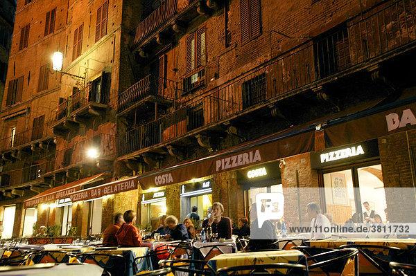 Restaurant bei Nacht in Siena  Toskana
