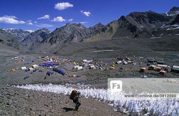 Bergsteigerin und Büßereis-Feld über dem Basislager des Aconcagua Mendoza Argentinien