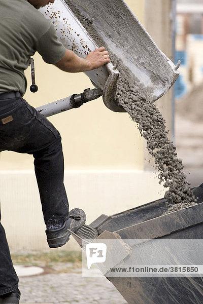 Arbeiter beim Abfüllen von Beton