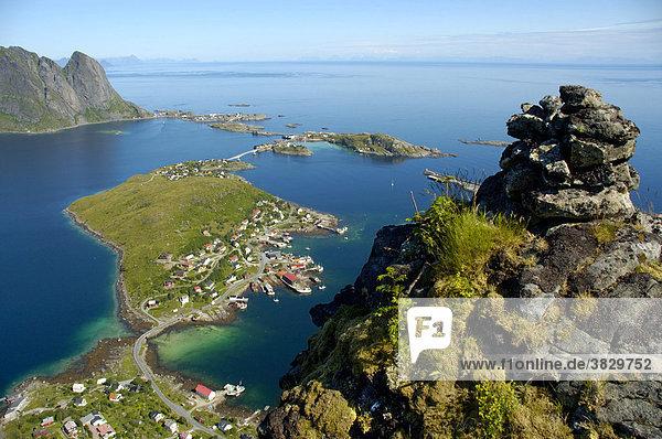 Blick auf Reine vom Hammarskattet Moskenesöya Lofoten Norwegen