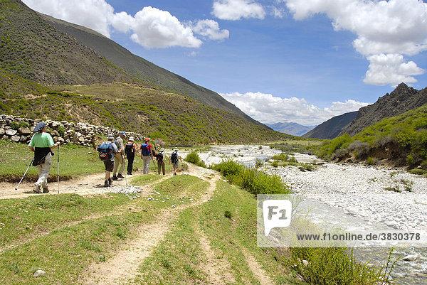 Trekkinggruppe auf Pfad an Gebirgsfluß Changtang Tibet China