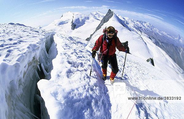 Bergsteigerin an einer Gletscherspalte am Allalinhorn Wallis Schweiz