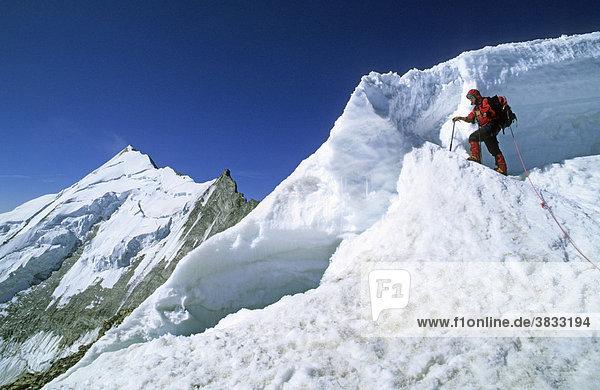 Bergsteigerin an einer Gletscherspalte am Bishorn im Wallis Schweiz