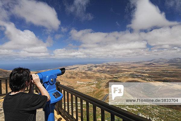 Blick vom Aussichtspunkt Mirador de Morro Velosa - Frau blickt durch Fernrohr   Fuerteventura   Kanarische Inseln