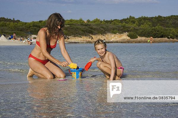 Mutter und Kind spielen am Strand  Cala Brandinchi  Sardinien  Italien