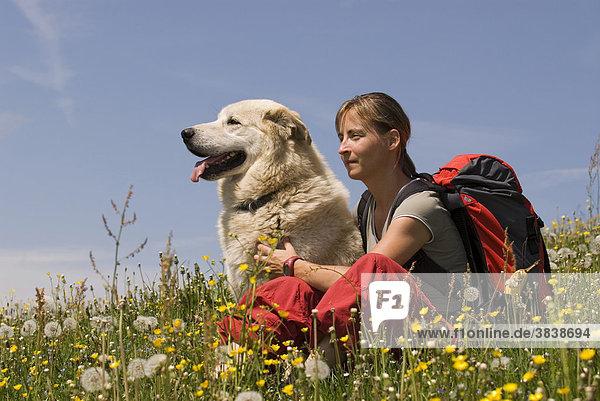 Junge Frau mit Hund beim Wandern im Nationalpark Kalkalpen  Oberösterreich  Österreich  Europa