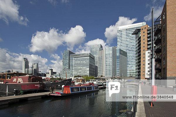 Hausboot im Hafen  Bürogebäude und Wohnhäuser in Canary Wharf  das neue Finanzzentrum von London in den Docklands  mit Firmenzentralen von Citigroup  Barclays Bank  Großbritannien  Europa
