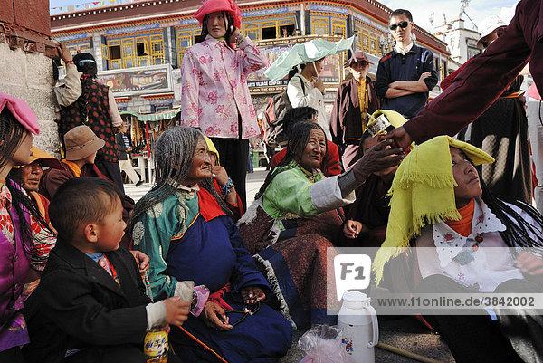 Tibetische Pilger vor dem Jokhang Tempel  Lhasa  Tibet  China  Asien